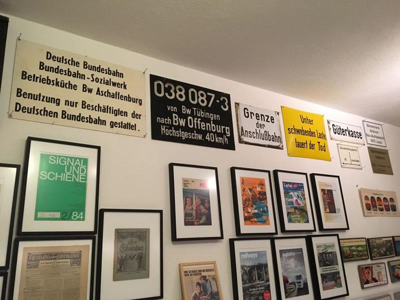 Plakte und Schilder im Eisenbahnmuseum Amorbach