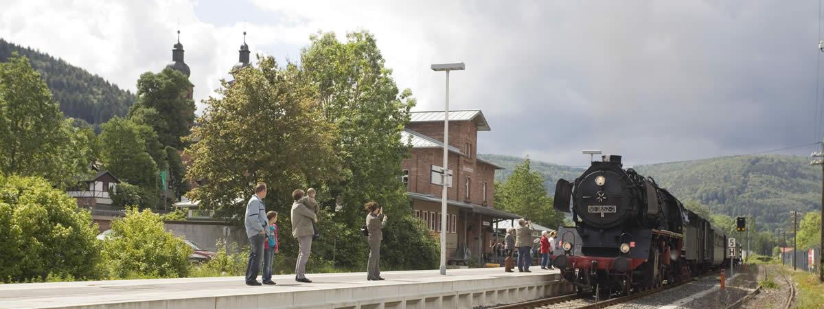 Dampflok fährt in Amorbach ein